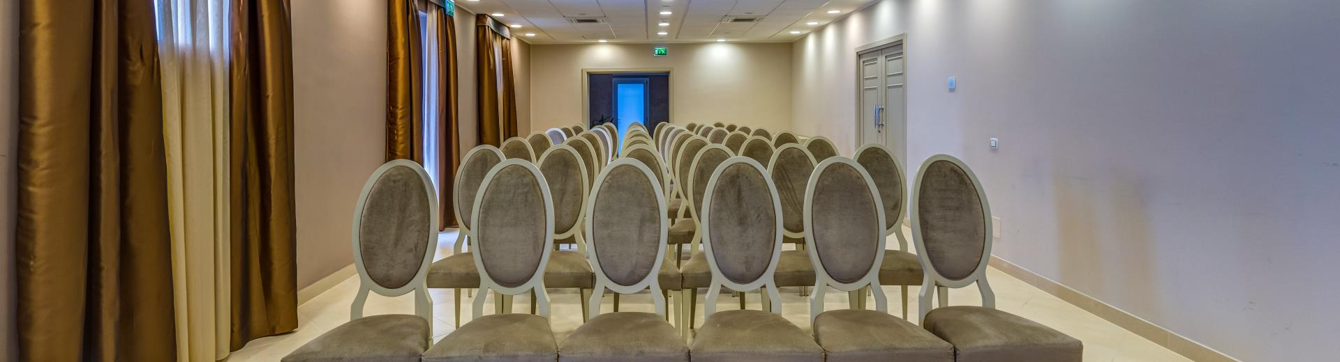 4 star Plus Hotel Perla del Porto provides conference rooms for your meetings
